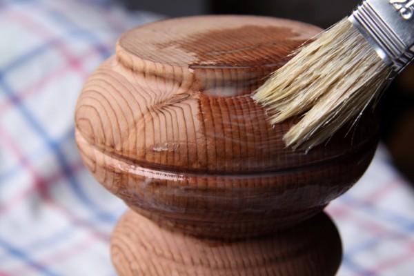 Auftrag der Holzgrundierung
